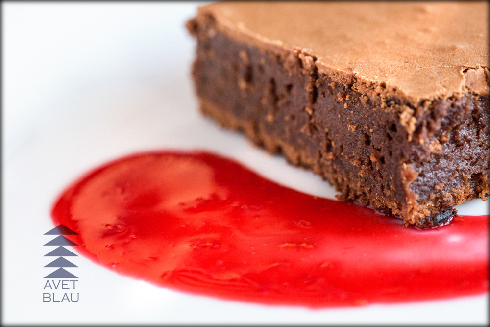 Avet Blau restaurant Montseny brownie de xocolata i nous amb coulis de gerds