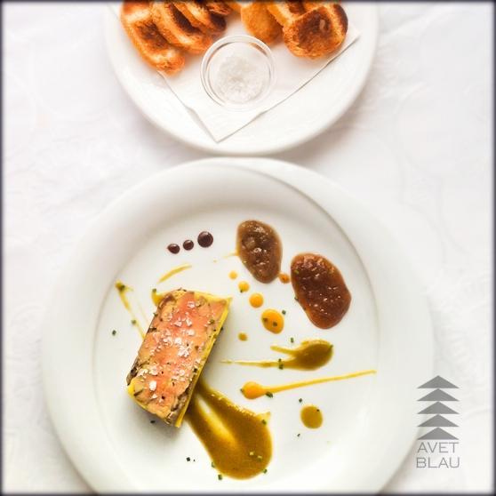 Foie micuit fet a casa amb pebre de jamaica acompanyat de melmelada de pebrot verd i torradetes