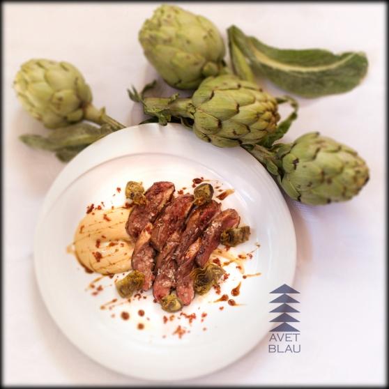 magret d'ànec amb salsa de foie, carxofa confitada i sal de pernil