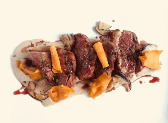 Avet Blau restaurant. Magret d'ànec amb salsa de ceps de Santa Fe del Montseny i cruixent de moniato